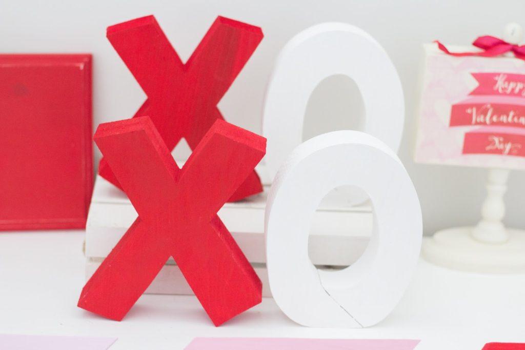 x's & o's valentines day decor